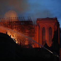 Parigi, le fiamme divorano Notre-Dame. Lotta contro il tempo per salvare la struttura - Live